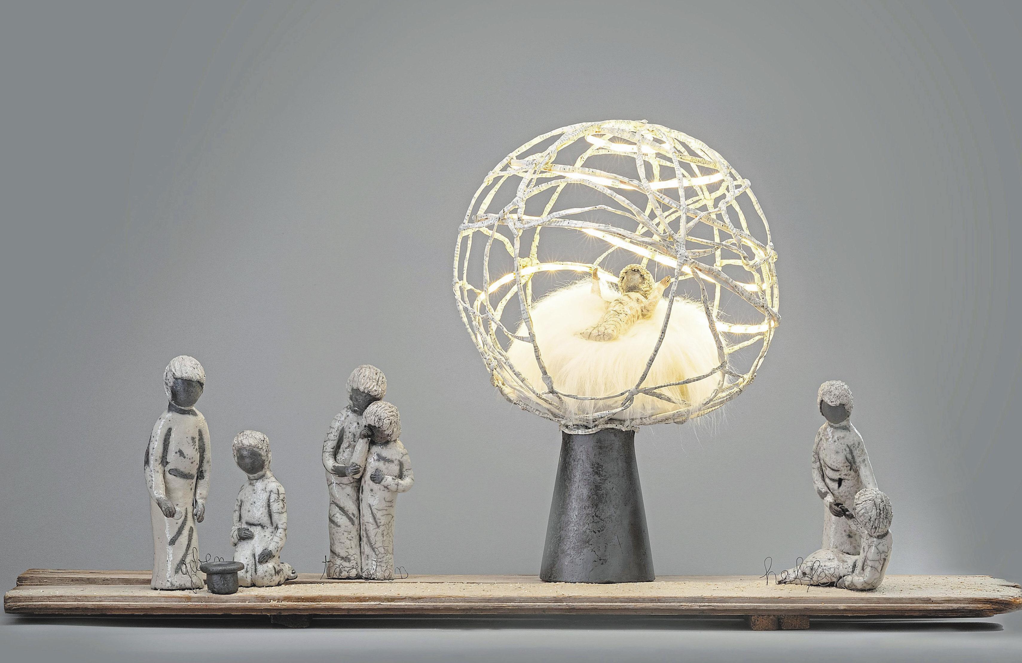 """Christa Tenkmann hat die Krippe """"Jesus ist das Licht, Nächstenliebe der Weg"""" gestaltet, die das Plakatmotiv der Ausstellung ist. Foto: Stephan Kobe"""