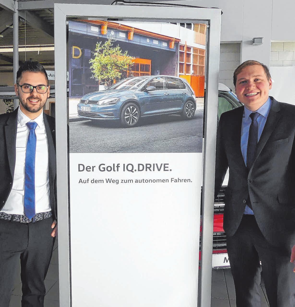 Florian Schweitzer (re) und Stephano Damiano, die beiden neuen Verkaufsberater im Autohaus Ehingen, werden beim Tag der offenen Tür den Kunden Rede und Antwort stehen. FOTOS:KHB