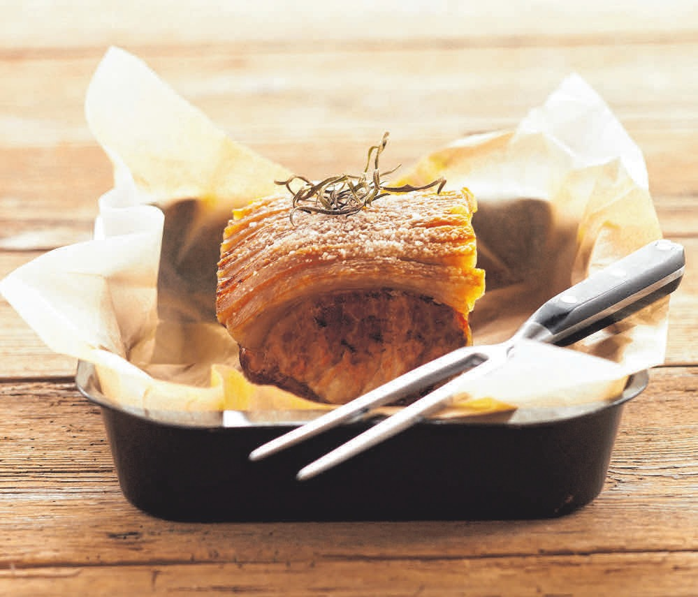 Der Krustenbraten braucht einige Zeit im Ofen: Die sollte man einplanen.FOTO: SINAR / COLOURBOX