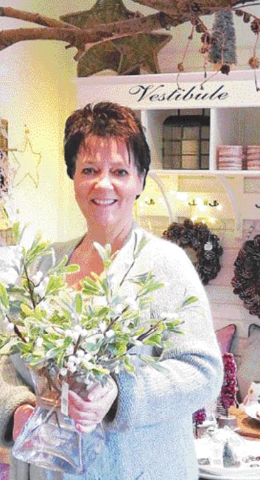 Iris Stahl kümmert sich im i-Tüpfelchen in Schenefeld um die Wünsche der Kunden