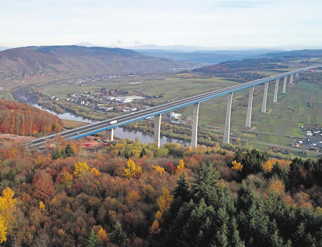 Die Hochmoselbrücke in Rheinland-Pfalz ist mit bis zu 160 Metern eine der höchsten Brücken Deutschlands. FOTO: THOMAS FREY/ DPA