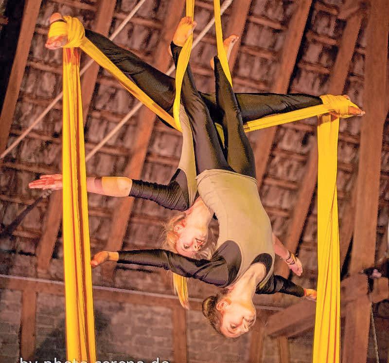 Die ZirkusAkademie ist mit ihrer Akrobatik bei der Firma BorgWarner.