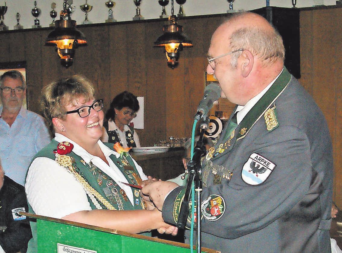 Tanja Scholz wird von Edmund Potratz mit einem Gutschein für die Mehrarbeit beim Auswerten belohnt.