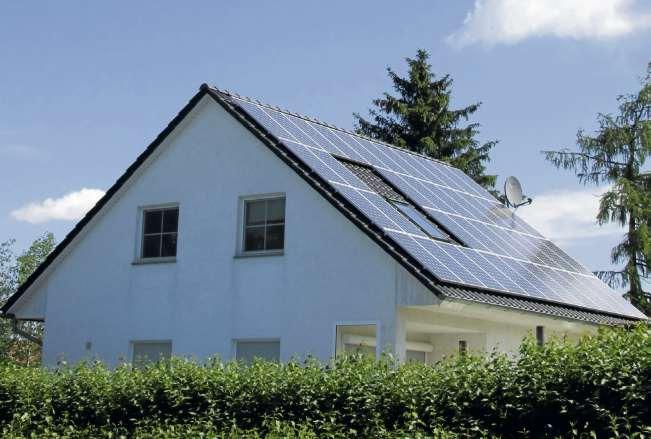 Solarstromanlagen auf Hausdächern können mit Batteriespeichern nachgerüstet werden. Ob sich das lohnt, ist abhängig davon, wann die Anlage installiert wurde. Foto: Andrea Warnecke
