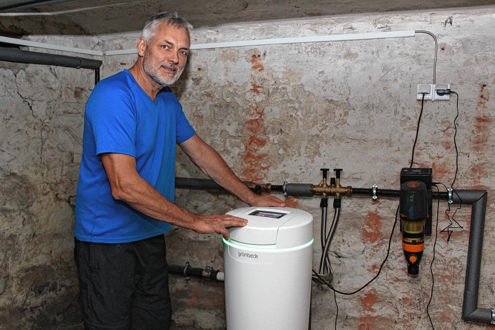 Die Entkalkungsanlage bereitet das Trinkwasser im Haus auf und befreit es von Kalk, erläutert Sven Munko. FOTO: RONNEY MENZE