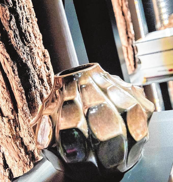 Natur im Wohnraum: Der Hersteller Hartmann integriert die Rinde von Holz in seine Regale.