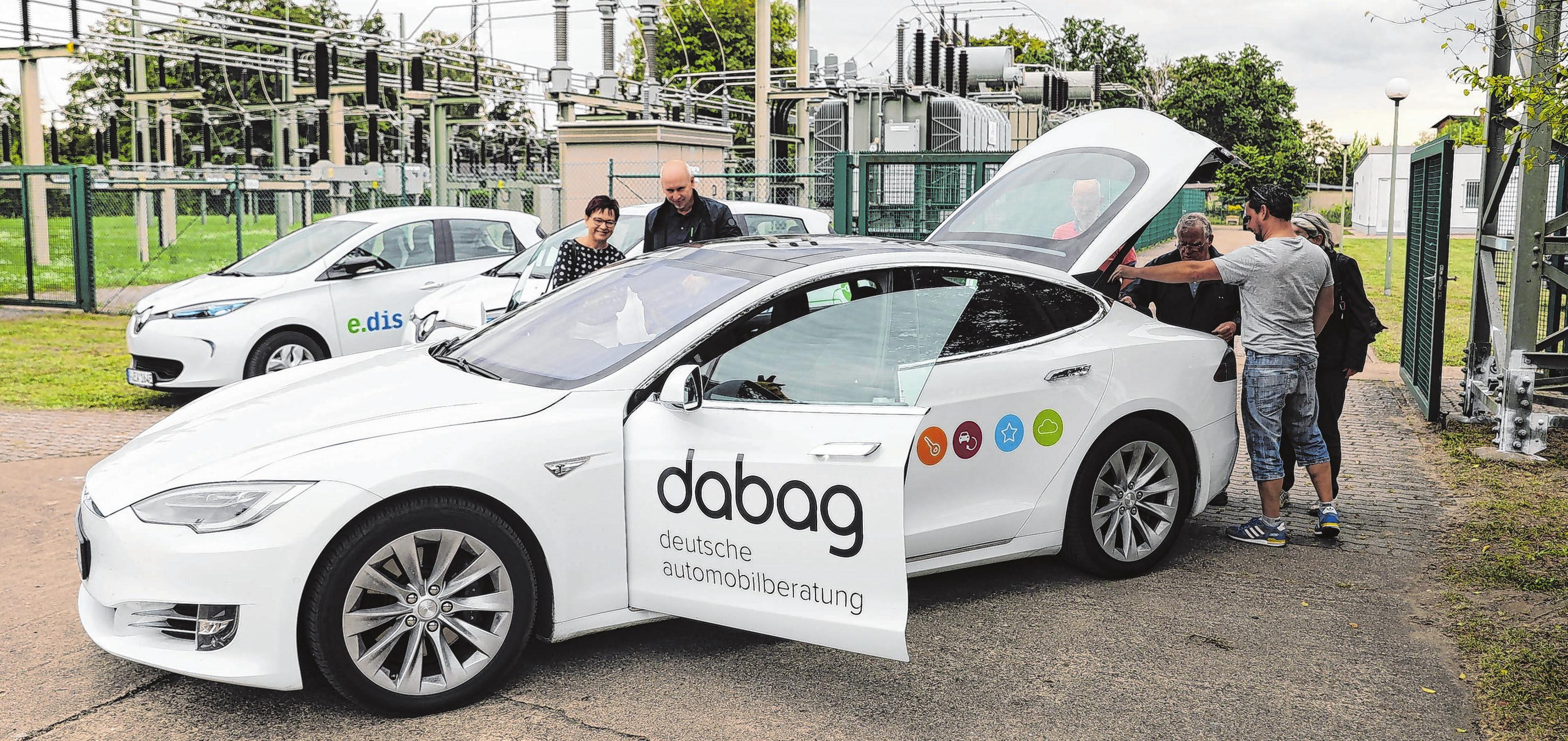 """Elektrofahrzeuge und Hybride sind auch bei der Autoschau am 8. September Thema. Am """"Tages der offenen Anlage"""" bei der e.dis Netz GmbH konnten kürzlich Besucher Elektrofahrzeuge testen Symbolfoto: Weber"""