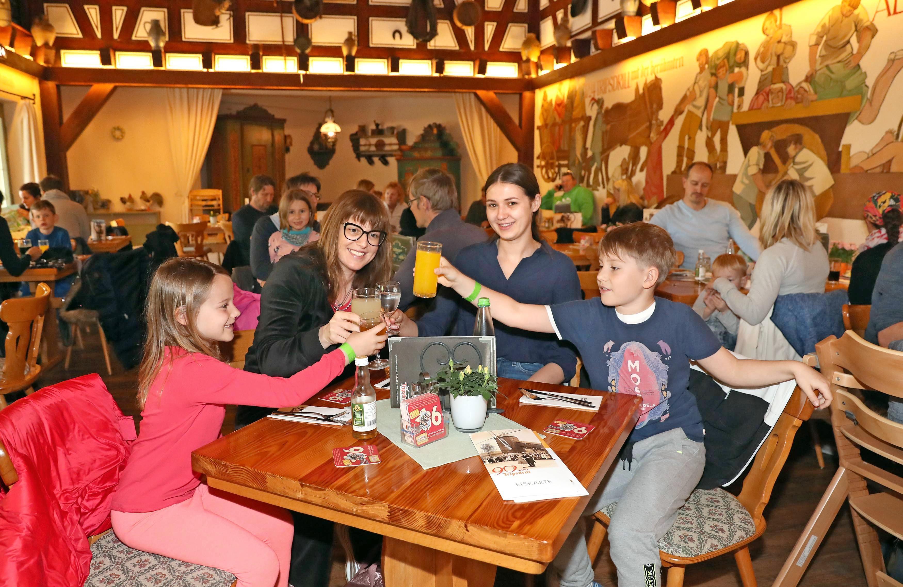 Ob in der Werksküche (o.) oder im Gasthaus zur Altweibermühle: In Tripsdrill werden frische, regionale Produkte verwendet.
