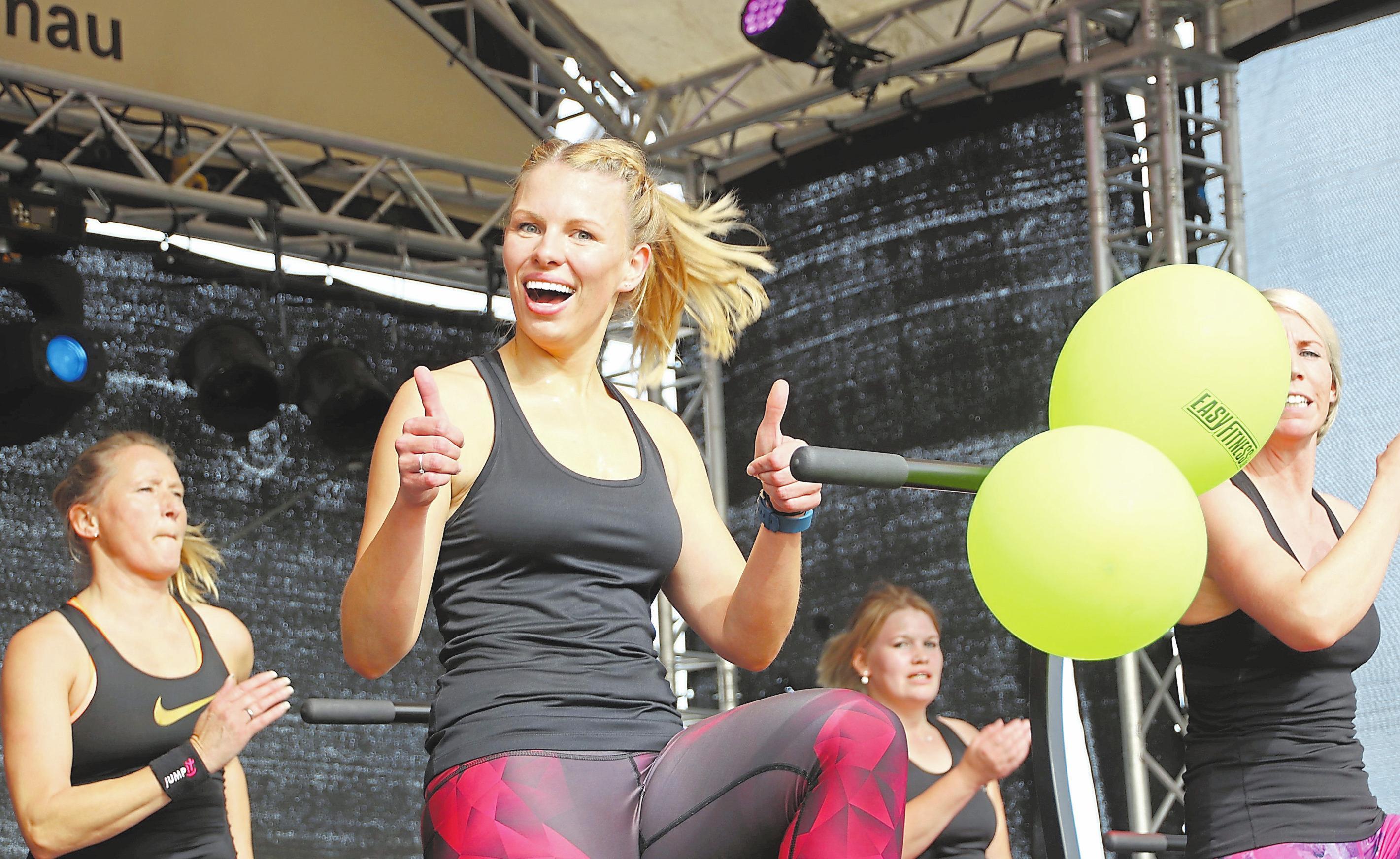 Die Teilnehmerinnen von Easyfitness verbinden auf der Bühne Musik mit sportlichen Aktivitäten. Fotos: Guido Kratzke