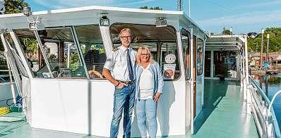 """Kapitän Karl-Heinz Randel und seine Frau Gabriela an Deck ihres Salonschiffs """"Aurora"""" Foto: Dirk Palapies"""
