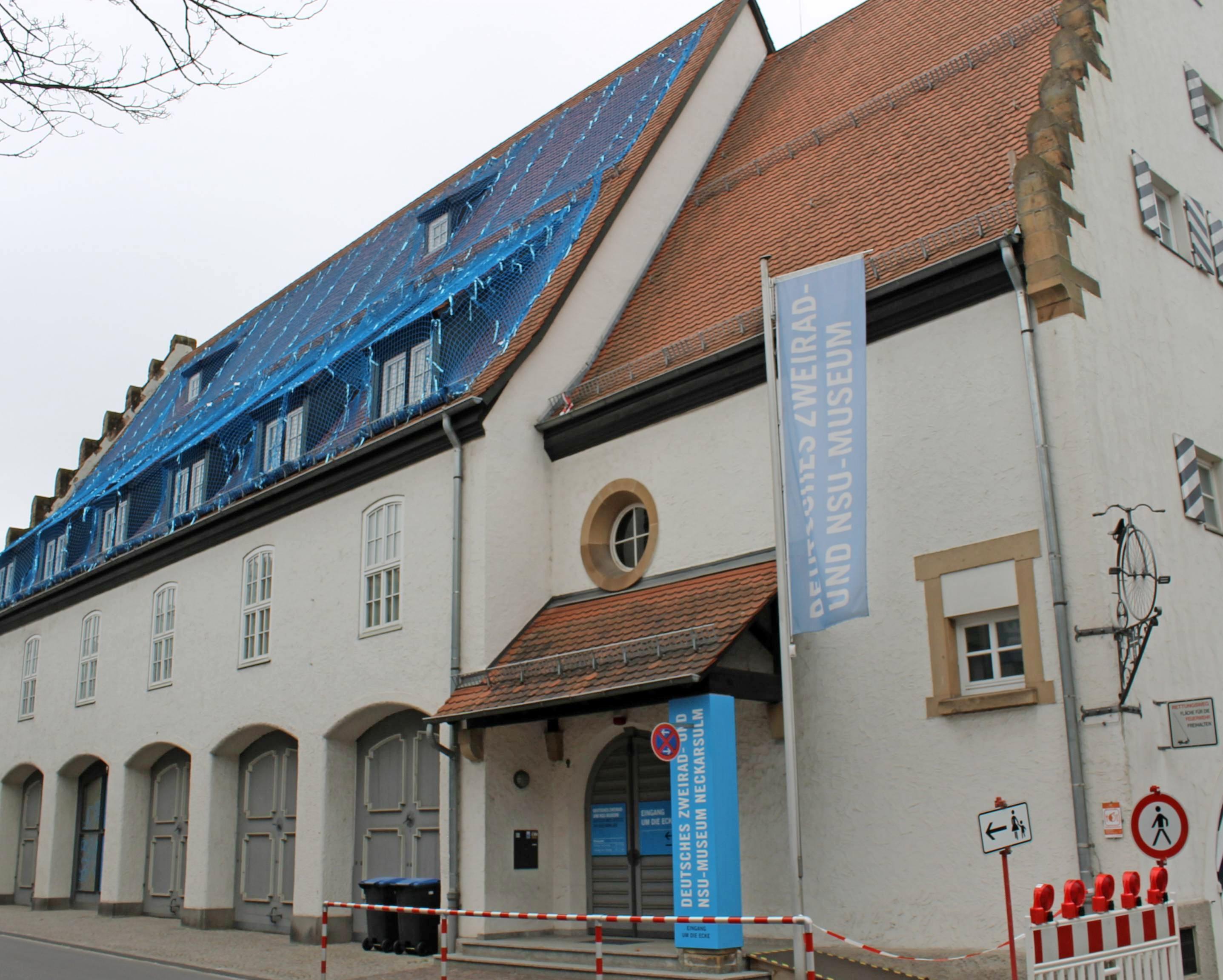 Das Zweiradmuseum bekommt ein neues Dach aus Biberschwanzziegeln. Damit reagiert die Stadt auch auf die heftigen Unwetter, bei denen sich Ziegel gelöst hatten. Für die Sanierungsarbeiten stehen 1,46 Millionen Euro zur Verfügung. Foto:Archiv/Gajer