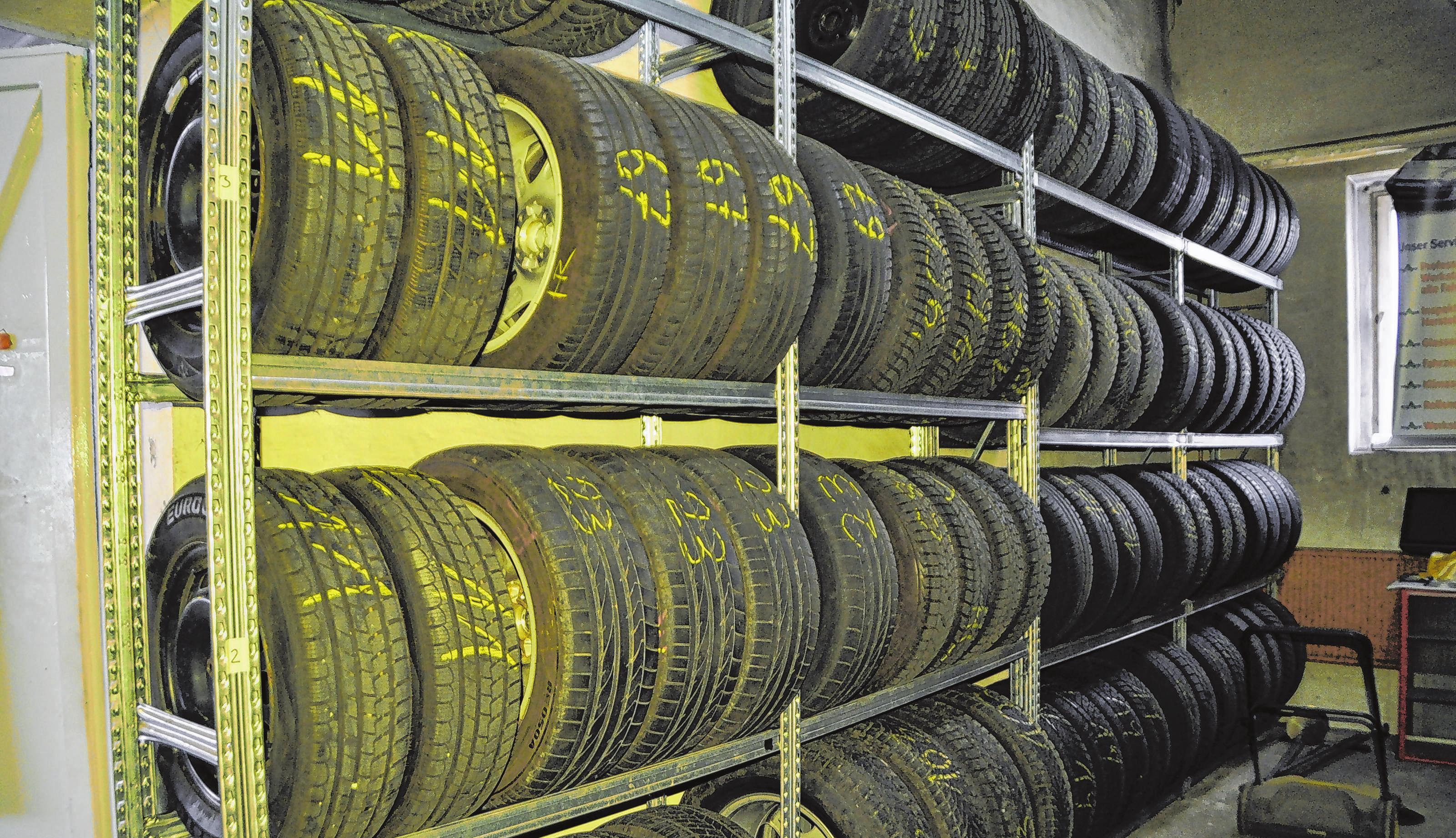 Im Lager werden die Reifensätze der Kunden fachgerecht sowie gesäubert und ausgewuchtet bis zum nächsten Wechsel aufbewahrt.
