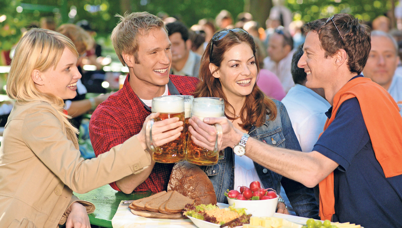 Was gibt es Schöneres, als an einen lauem Sommerabend ein kühles Bier unter freiem Himmel mit Freunden zu genießen? Foto: Bayerischer Brauerbund