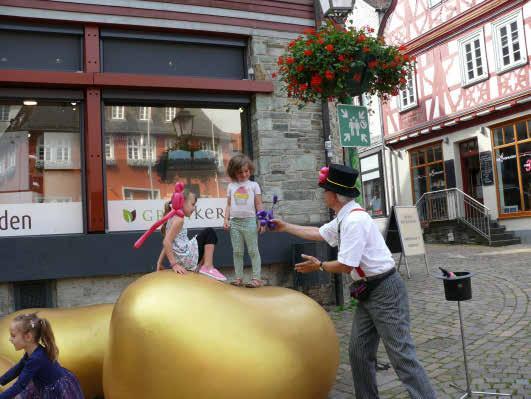 """Luftballonbändiger """"Manioli"""" zauberte am 10. Juli bunte Tiere aus Luftballons für die Kids. Fotos: Idstein aktiv"""