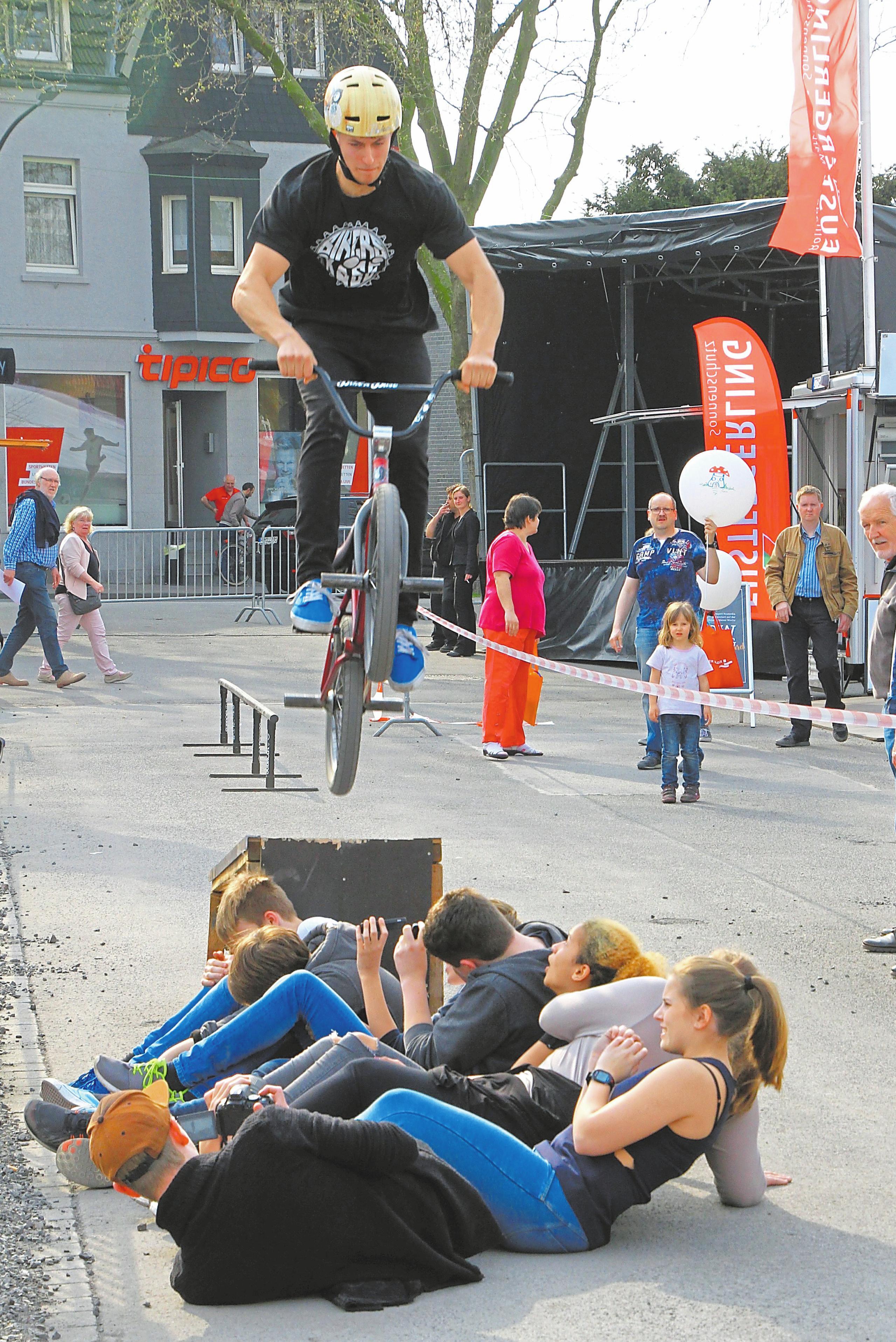 Rasante Stunts mit noch größerer Startrampe verspricht die BMX-Show auf dem Außengelände.