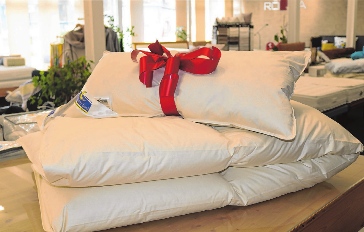 """Geschenk: Während der Aktionswochen erhalten alle, die eine Daunendecke """"Sympathica Klima-Bett"""" kaufen, ein Kissen gratis dazu. Fotos: Eileen Scheiner"""