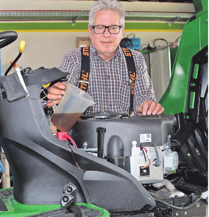 Aufsitzmäher brauchen die gleiche Pflege wie ein Auto. Werkstattmeister Christian Pursche bringt nahezu jedes Garten-Motorgeräte zum Laufen.