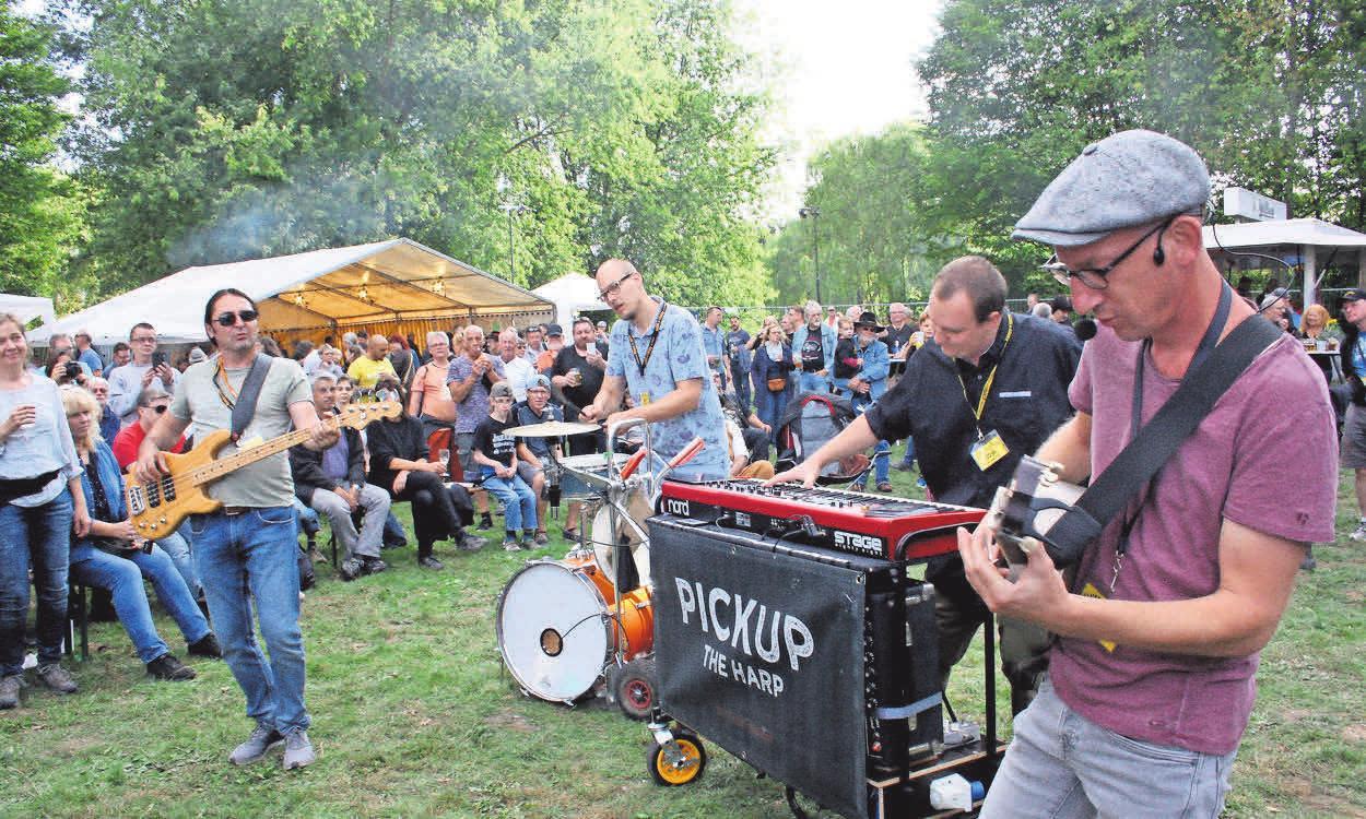 Pick Up The Harp überbrücken die Pausen mitten im Publikum.