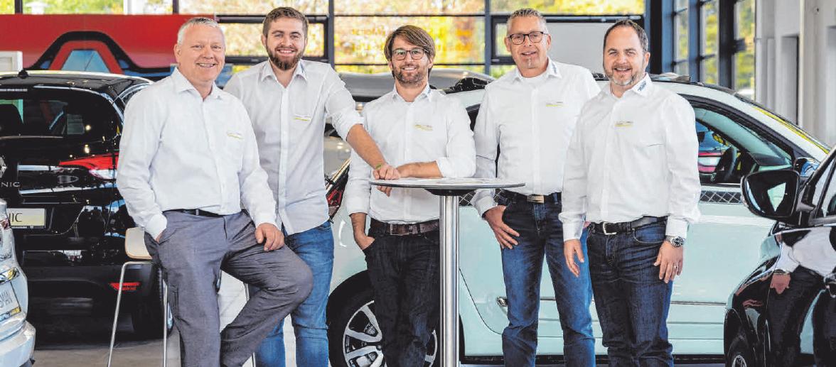 Das Renault- und Dacia Verkaufsteam: v. l. Roland Stumm, Juniorverkäufer Michael Passon, Daniel Rapp, Oliver Baur und Joachim Porada. FOTOS: PRIVAT