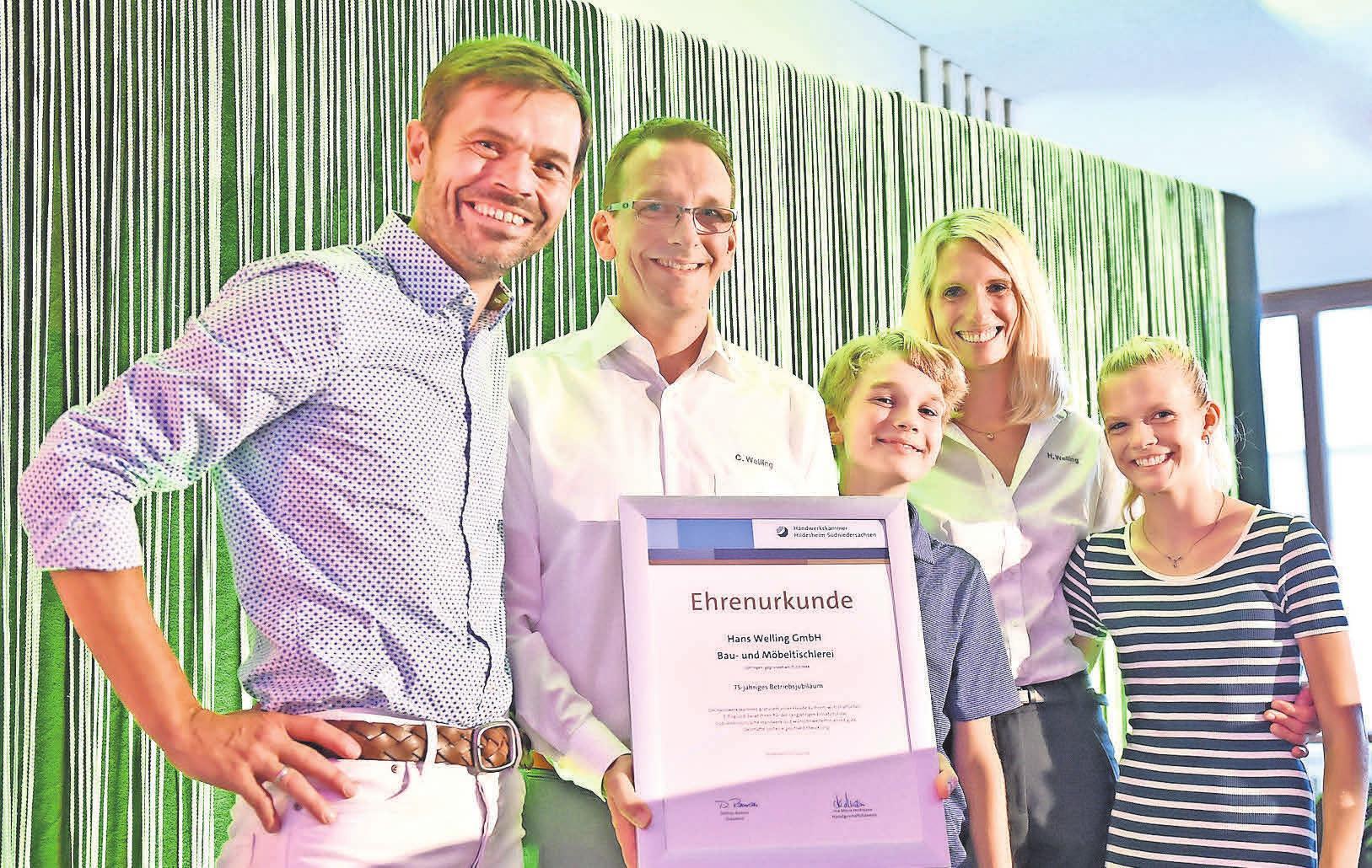 Übergabe der Ehrenurkunde (v.l.): Christian Fröhlich, Christoph, Tom, Heike und Merle Welling. FOTO: MISCHKE