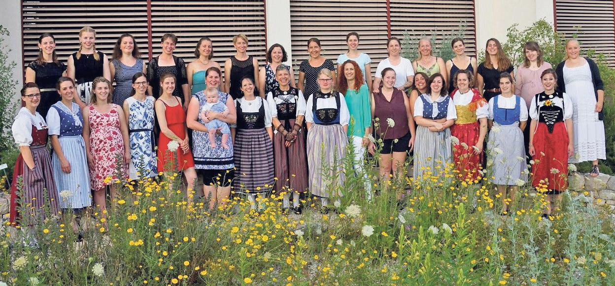 In Tracht oder Sommerkleid: Absolventinnen des Fachkurses Bäuerin.