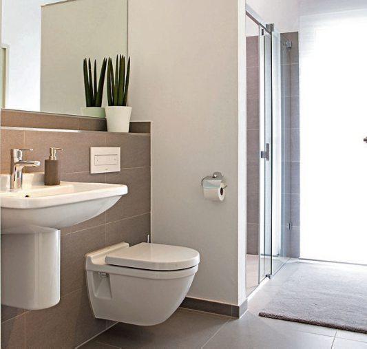 Die ebenerdige Dusche ermöglicht auch im Alter ein eigenständiges Duscherlebnis. Bilder: djd/WeberHaus.de
