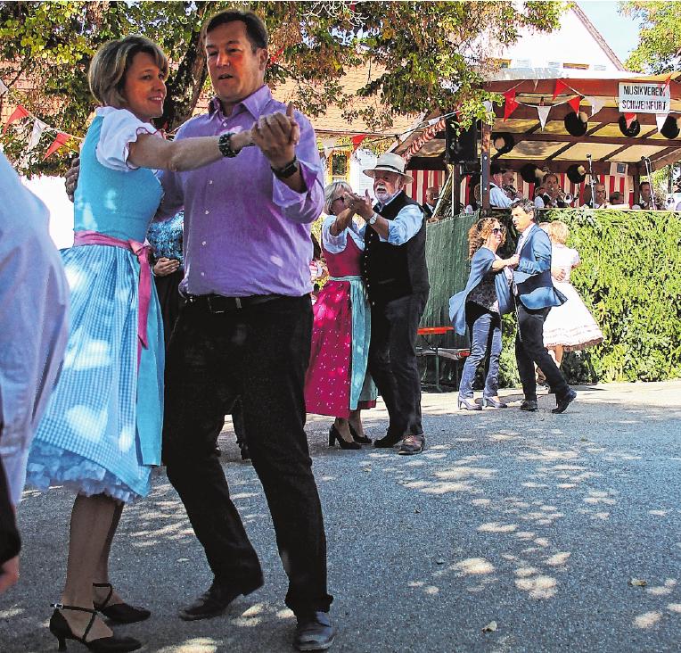 Nach der Eröffnung durch die Planpaare schwingen die Schwebheimer das Tanzbein auf ihrem Plan. FOTO: URSULA LUX