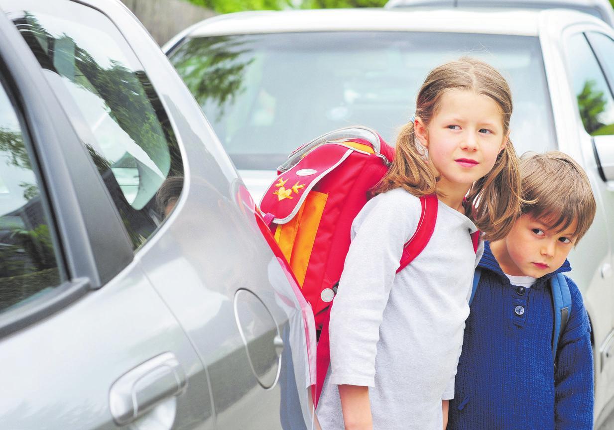 Unübersichtliche Straßen und abgelenkte Kinder – der Schulweg birgt durchaus Risiken. Deswegen ist es ratsam, wenn Eltern und Kinder den Weg zur Schule mehrmals gemeinsam gehen. Foto: photophonie/stock.adobe.com