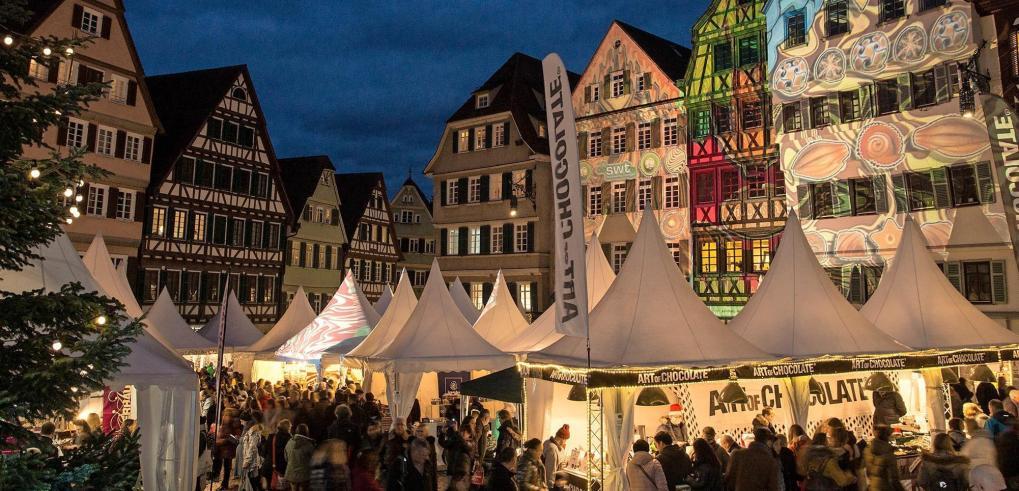 Passend zum Thema des Markts erhellen Lichtinstallationen die Tübinger Altstadt und lassen sie noch malerischer wirken. Foto: Alexander Gonschior