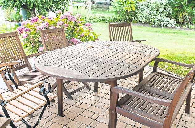 Terrassenmöbel und -boden sollten im Herbst gründlich gereinigt werden. Foto: Pixabay