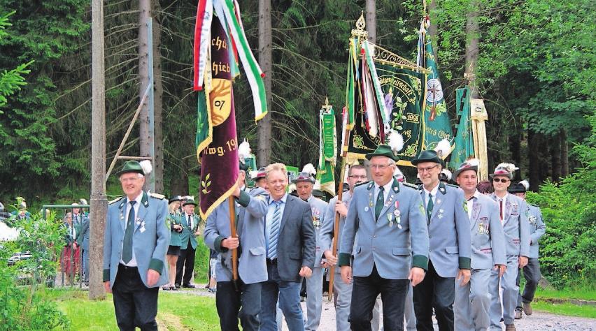 Ehrenvorbeimarsch: Auch er hat Tradition zum Schützenfest.
