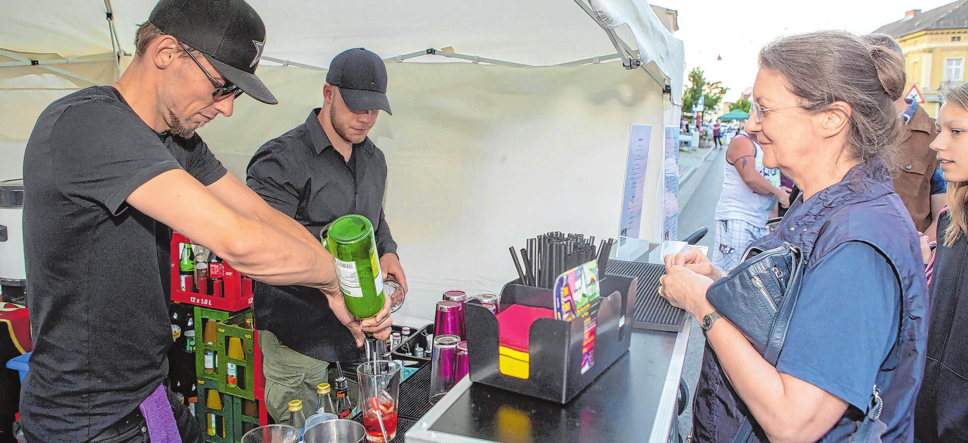 Getränke satt: Auf die Angermünder und ihre Gäste wartet zur Einkaufsnacht eine Vielzahl an Getränken und Spirituosen, unter anderem wird Bowle gereicht.