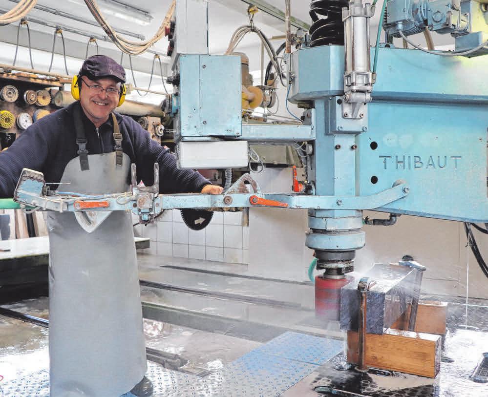 In der Steinmetzwerkstatt bearbeitet Alexander Merkel mithilfe des Maschinenparks die Natursteine. Foto: Bettina Fillinger