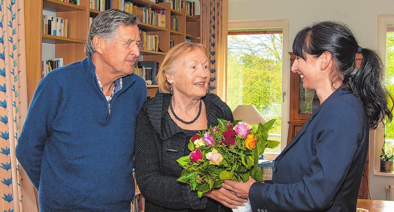 Marianne und Johann Prien haben sich in ihrer neuen Wohnung gut eingelebt. Nicole Mielke hat Blumen mitgebracht Fotos: Umsorgt wohnen