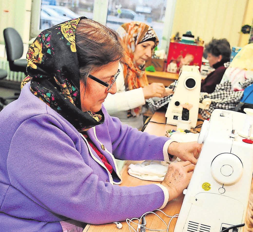 In der Kreativwerkstatt werden aus alten Textilien Taschen und anderes hergestellt.