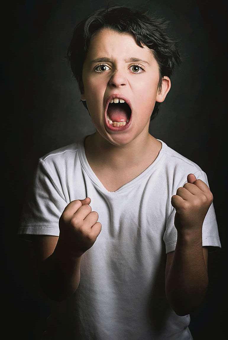 Mein Kind mobbt. Eltern wollen die traurige Erkenntnis oft nicht wahrhaben, weil sie sich schuldig fühlen. Anstatt Mobbing-Vorfälle abzustreiten, sollten sie jedoch mit dem Kind ins Gespräch kommen – und fachlichen Rat einholen.