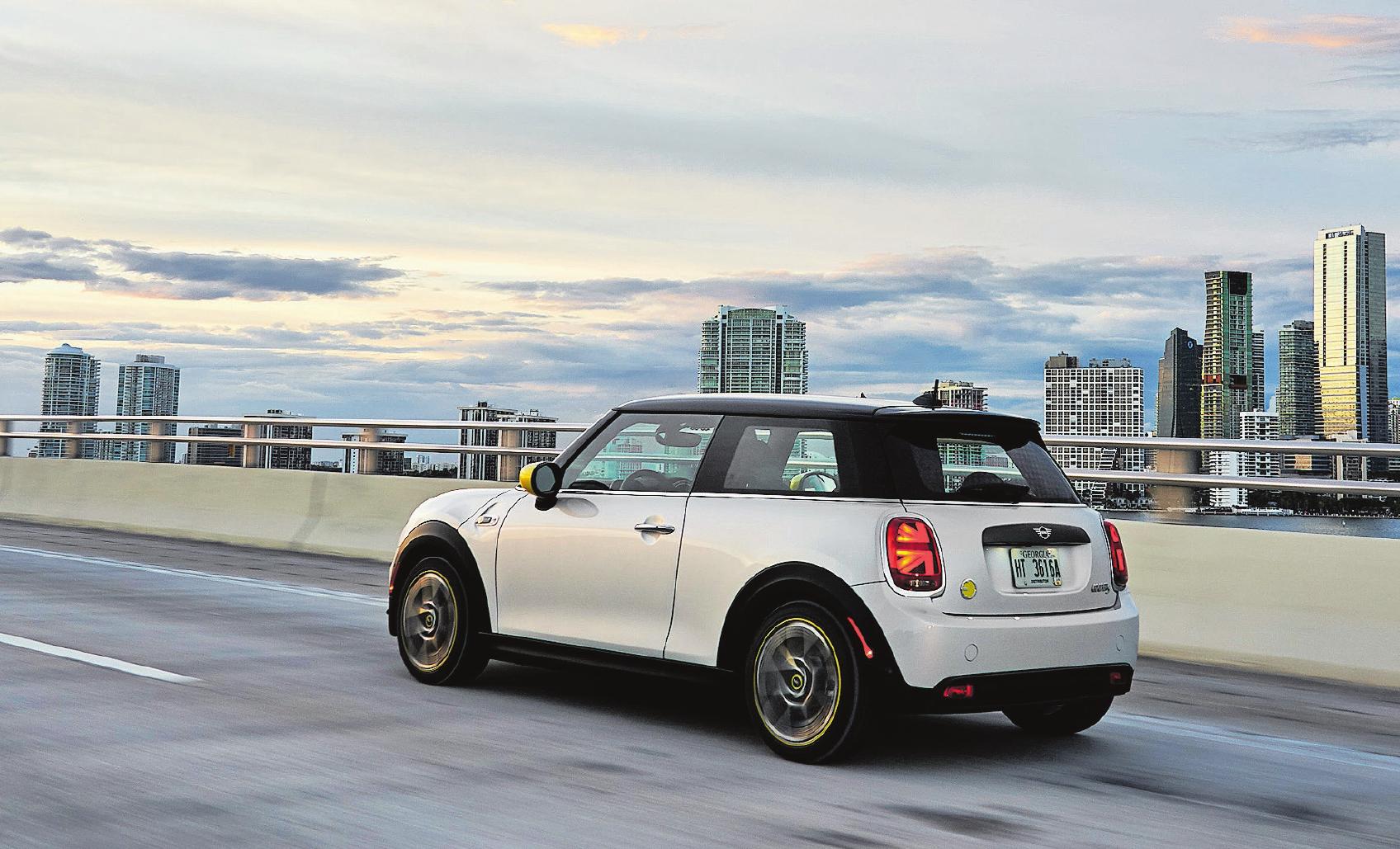 Im urbanen Umfeld fühlt er sich wohl: Der Cooper SE auf ökologisch fragwürdiger Probefahrt vor der Skyline von Miami. Bild: PD