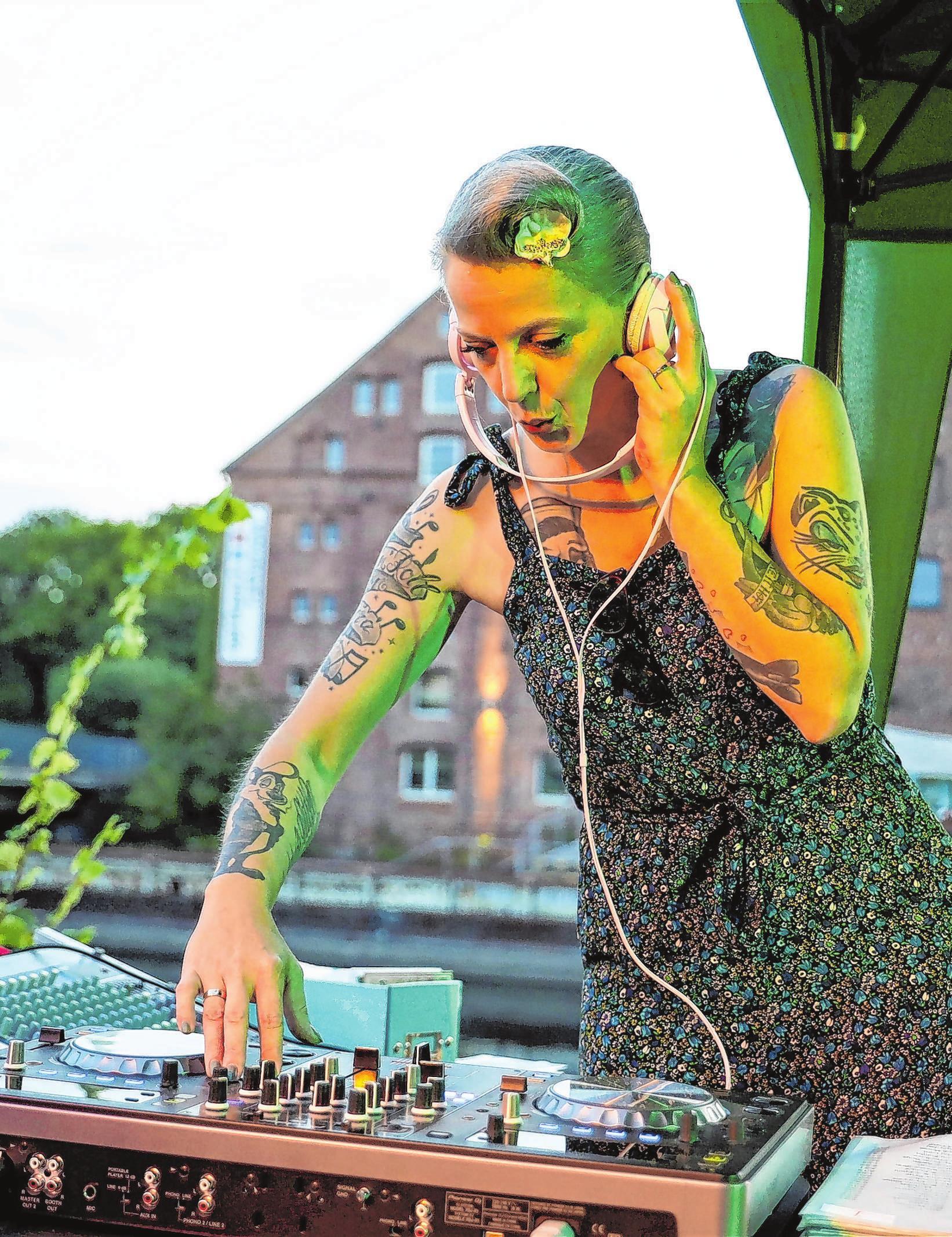 """""""Manu Tanzratte"""" aus Berlin legt am Samstagvormittag auf - ein Muss für Fans von Musik der 50er und 60er. Foto: Weber"""