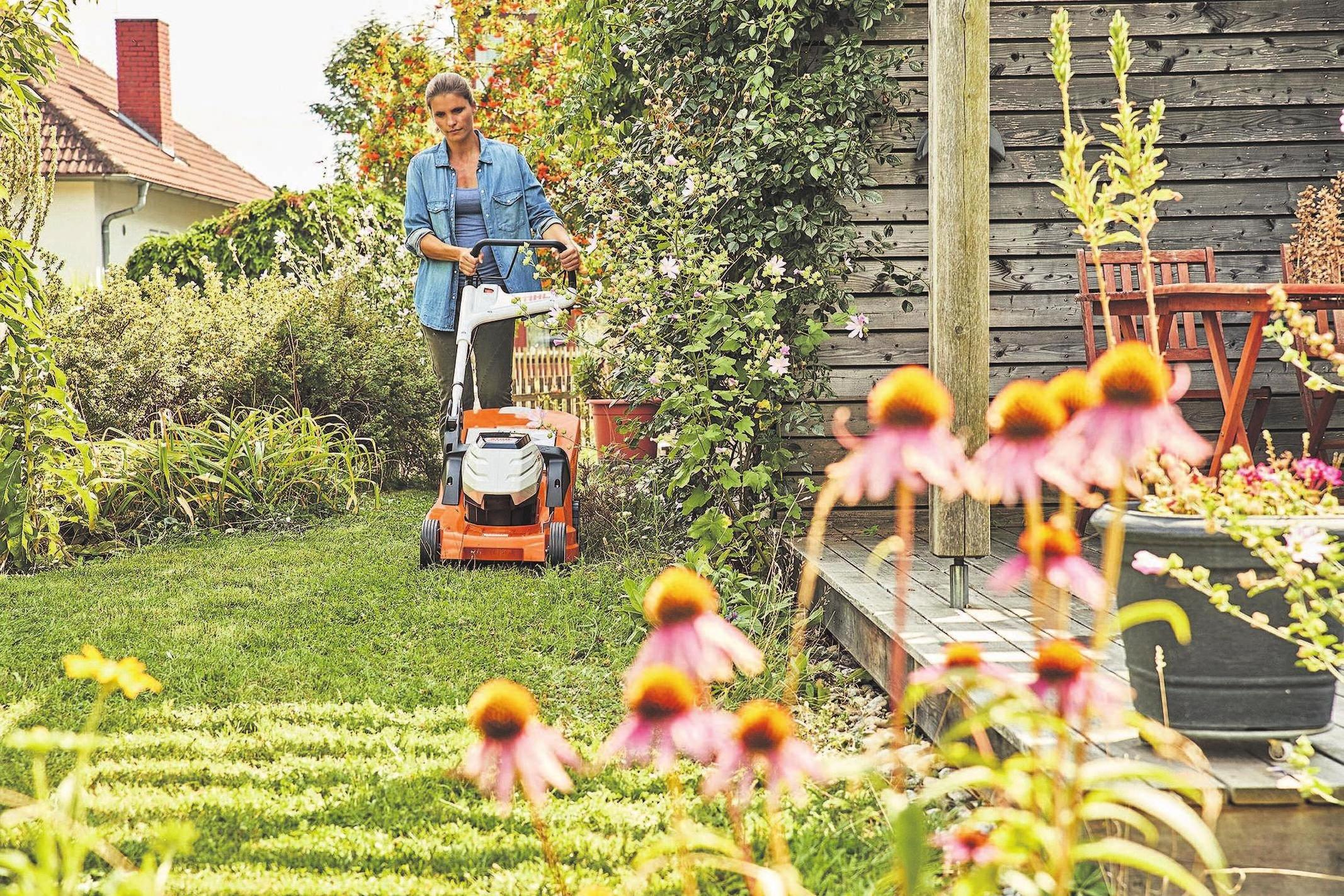 Nicht zu kurz, dafür lieber regelmäßig: So lautet die Maxime für das sommerliche Rasenmähen. Foto: djd/STIHL
