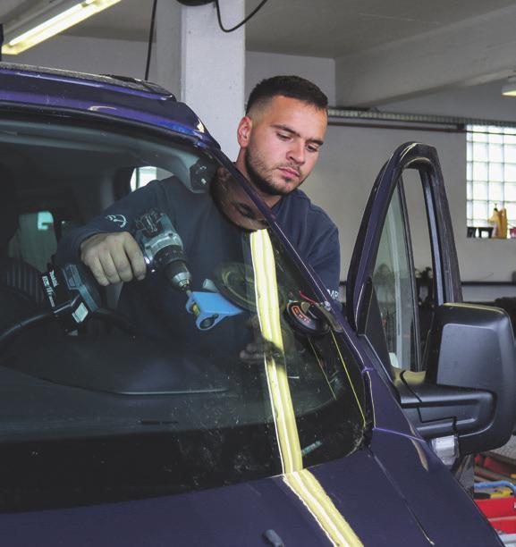 Damiano De Biase von der MRS KFZ-Service GmbH in Süßen tauscht die Scheibe schnell und fachgerecht aus.