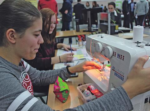 Laura Schohing (16) zeigt, was zur Ausbildung einer Gestaltungstechnischen Assistentin gehört