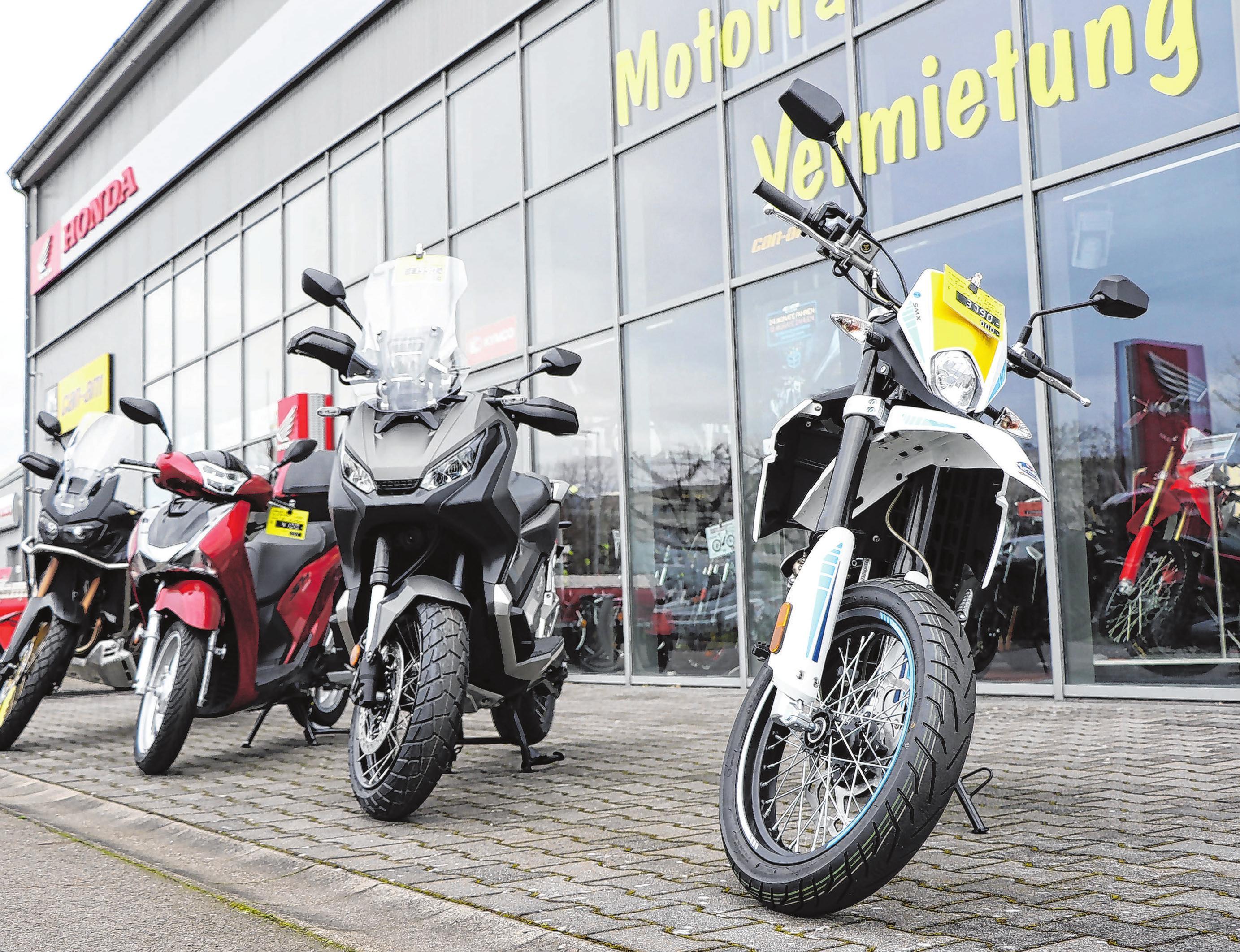 Neben dem Verkauf von Neu- und Gebrauchtfahrzeugen gehört auch eine Fahrzeugvermietung zum Service.