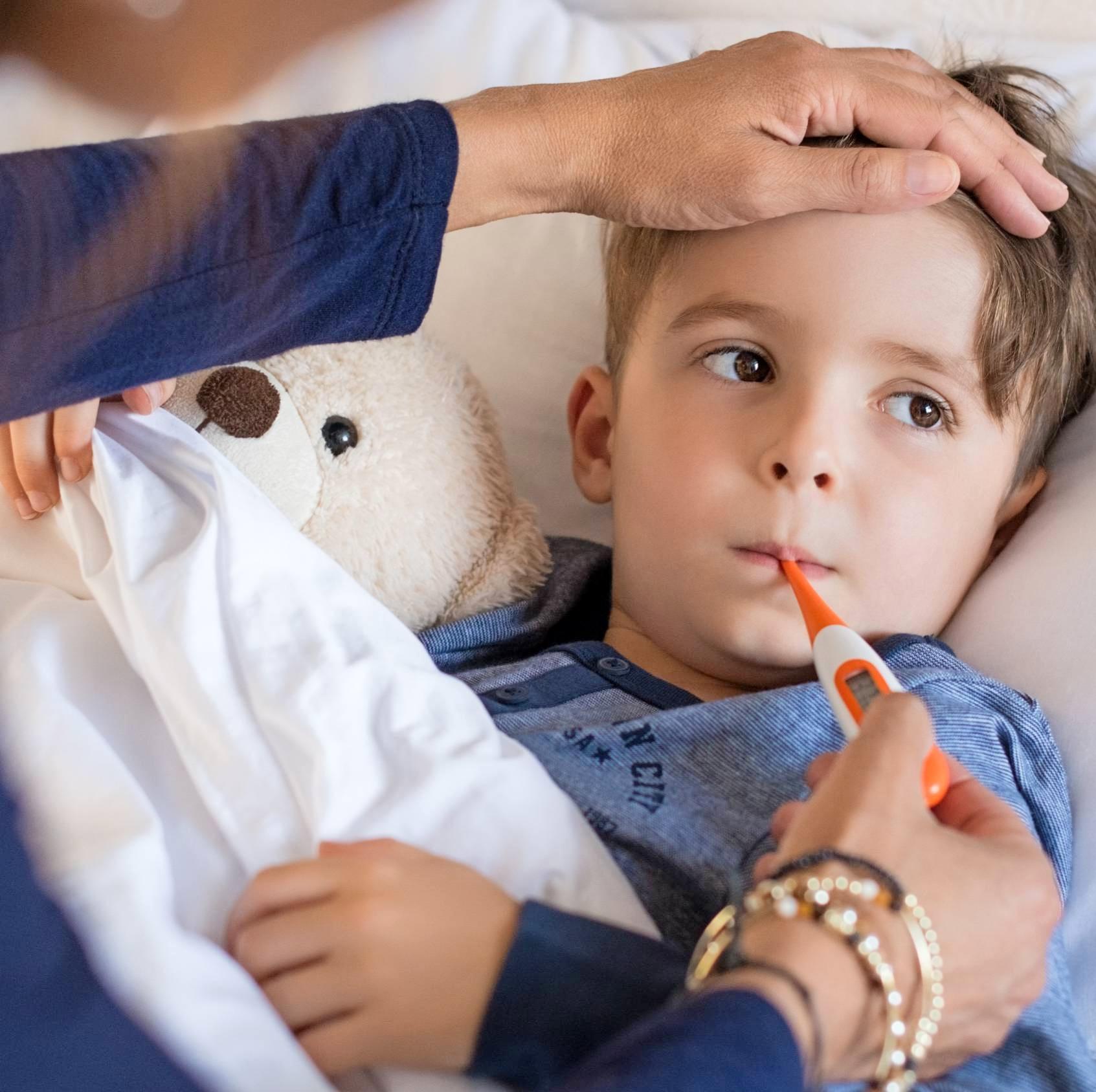 Wenn Kinder eine echte Grippe bekommen, können völlig untypische Symptome wie Durchfall oder Bauchschmerzen auftreten. Foto: Rido/stock.adobe.com