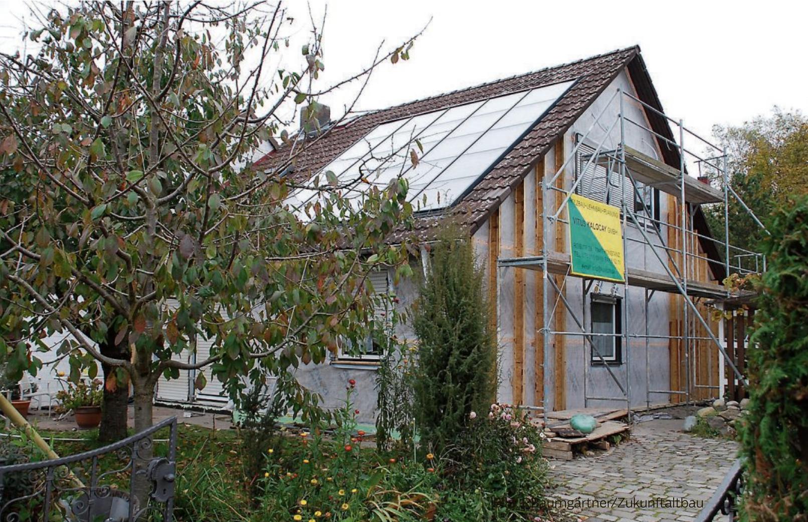 Eine umfassende Sanierung lohnt sich: Der Wohnkomfort steigt, der Wert des Hauses ist gesichert und das Klima wird geschützt. Bild: RBaumgärtner/Zukunftaltbau