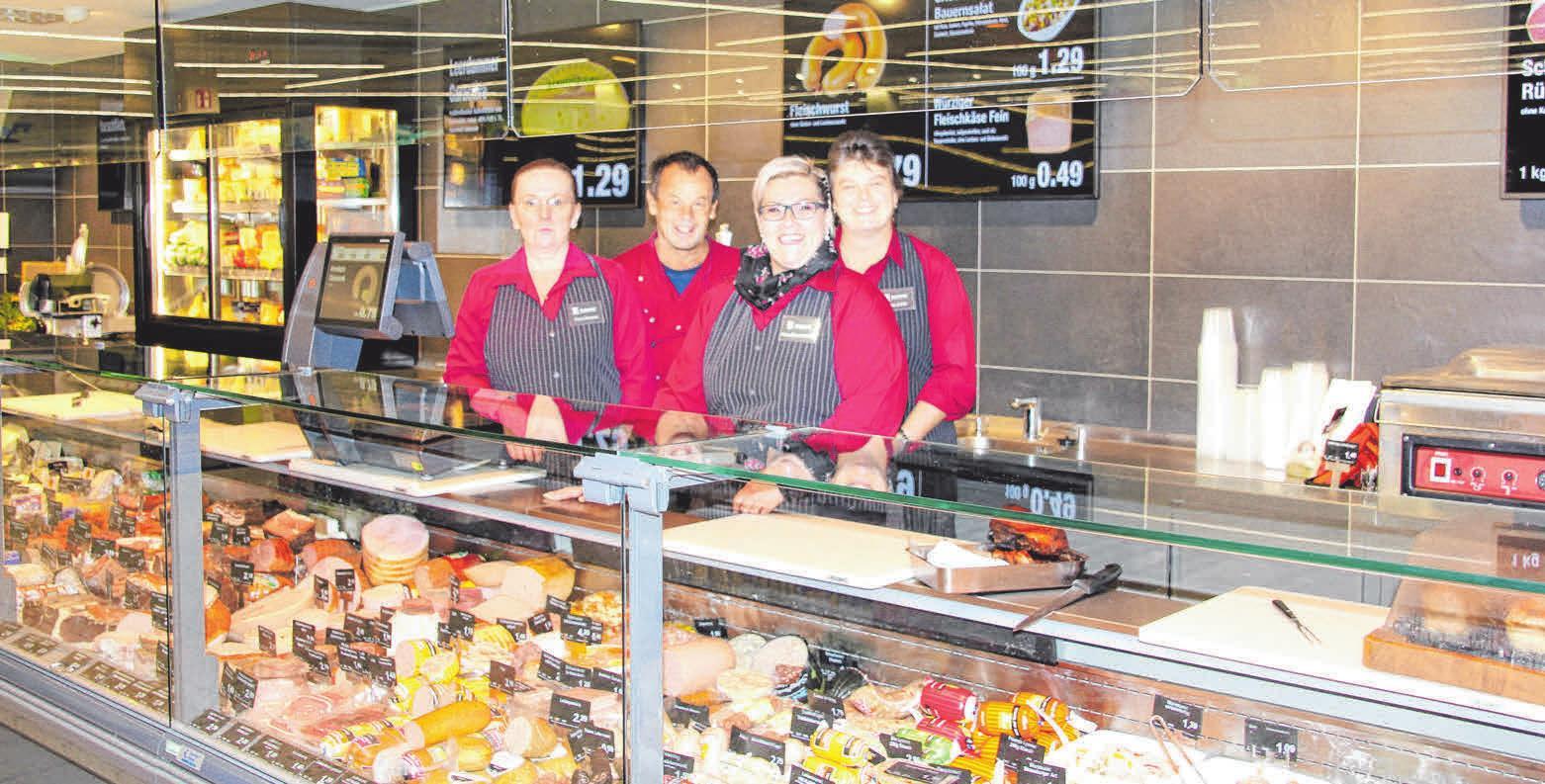 Das Team der Frischetheke (von links): Inge Charyasz, Metzger Otto Brauchle, Manuela Remensberger und Sonja König. FOTO: CHRISTINE MARTIN