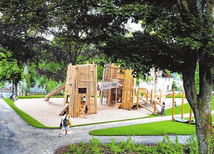 Die neue Spielanlage, die einer mittelalterlichen Burg nachempfunden ist, findet ihren Platz auf drei Ebenen unter den Wipfeln der Bäume.