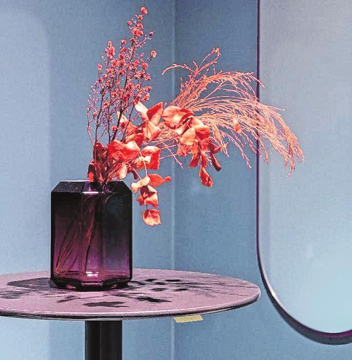 Gerade als Akzentfarbe für Dekorationen wirkt Koralle im Wohnraum erfrischend.