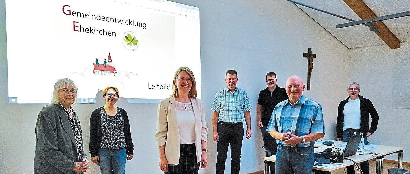 Sie haben sich der Dorferneuerung verschrieben: Hildegard Suyter-Bruglachner, Susanne Schmid, Martina Keßler, Bürgermeister Günter Gamisch, Andreas Karmann, Georg Schmid und Gerd Kaufmann (von links).