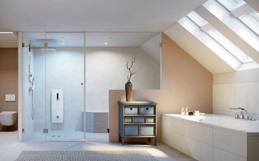 Eine Dampfkabine mit integriertem Duschplatz kann auch unter die Dachschräge eingepasst werden. Bild: djd/SCHEDEL Bad + Design GmbH