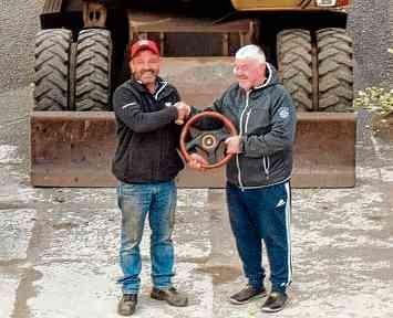 Bernd Westphal (rechts) übergibt das symbolische Steuer der Firma an seinen Sohn Kai. FOTOS: WESTPHAL